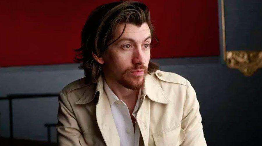 Alex Turner do Arctic Monkeys aparece cantando Whitney Houston em gravação de clipe