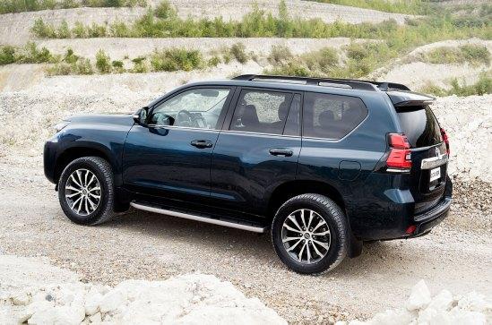 La Toyota Land Cruiser incluye las barras portaequipajes y las llantas de 17, 18 o 19 pulgadas, según el nivel de equipamiento. Foto: Prensa Toyota