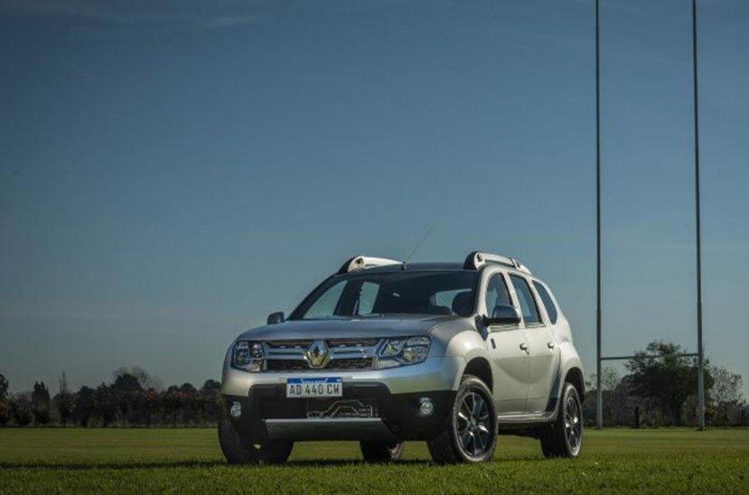 """Renault tiene un año bastante tranquilo en cuanto a lanzamientos. En esta ocasión, lanza al mercado una edición limitada de su SUV Duster. Se trata de una serie de 200 unidades en el marco del Rugby Championship 2019. La denominada Duster Los Pumas parten de la versión Privilege 1.6 de , con caja manual de cinco marcas, que agrega en su frontal una grilla cromada zócalos de las puertas delanteras con la palabra Duster y el loo de la Unión Argentina de Rugby (UAR) en las puertas delanteras y debajo del espejo retrovisor. Más allá de lo estético, este modelo incorpora un nueva tecnología exclusiva de esta versión. Un nuevo sistema de alarma bluetooth """"Be Connected"""" q110 CVue permite estar enlazado con el Duster mediante un smartphone sin la necesidad de llevar la llave encima. Esta nueva funcionalidad permitirá realizar la apertura y cierre de puertas a distancia, y la activación silenciosa de la alarma. De esta manera, todos los usuarios del vehículo podrán utilizar su celular para abrir y cerrar el auto.  Esta serie limitada cuenta, además, con el nuevo Media Evolution, central multimedia de Renault, que ahora llega con compatibilidad Android Auto y Apple Carplay, permitiendo usar Spotify, Waze, Google Maps y reproducir audios de WhatsApp en la pantalla de siete pulgadas touchscreen. Su valor es de 880.736 pesos."""