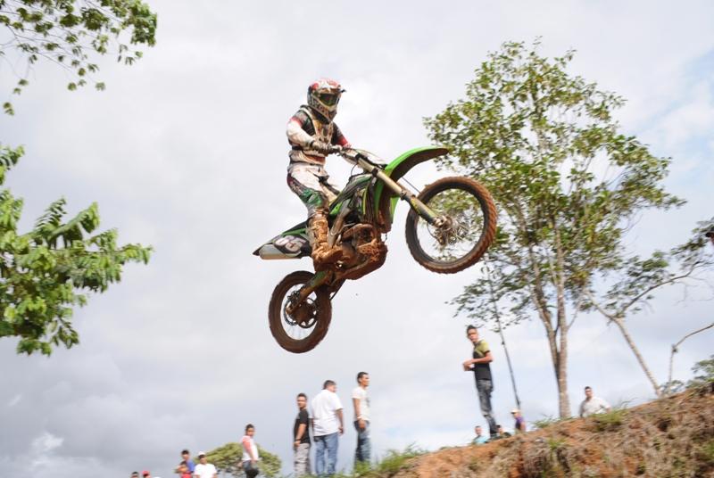 Brayan Guerrero en una Moto Kawasaki se coronó campeón en la modalidad enduro MX2 - 250 cc