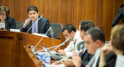 El Ministro de Vivienda, Felipe Henao Cardona, en el Senado de la República en el debate  de control político sobre los programas de vivienda del Gobierno Nacional. Foto Julio Sabogal (MVCT)
