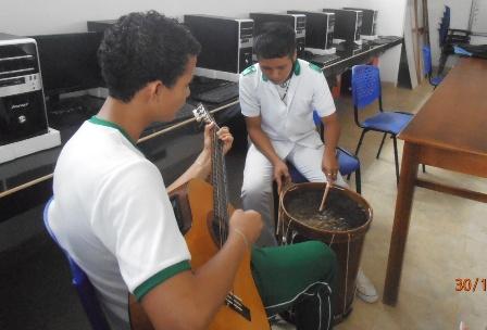 Está dotada de computadores donde los estudiantes también se dedican a la música.