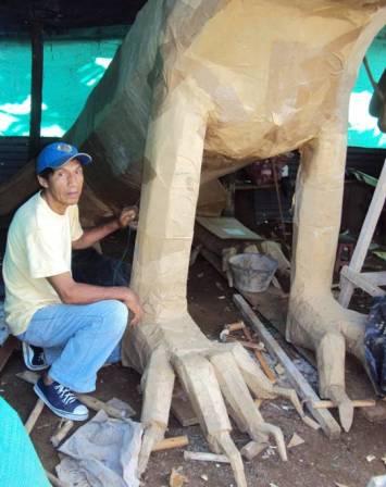 Hugo Alegría otro artesano que le pone el toque final a su motivo.