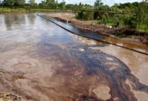 Durante 2014, las Farc han atentado constantemente contra la población civil a través del derrame de crudo, afectando los ecosistemas y el servicio de agua. Foto @luisffierro.