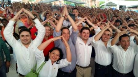 Ministro de Vivienda, Ciudad y Territorio, Luis Felipe Henao Cardona junto con el Vicepresidente, Germán Vargas Lleras, durante una de las últimas entregas de viviendas gratis en Santander. Foto: (MVCT)