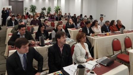 En primera fila de izquierda a derecha Carlos Mendoza Vélez, Subdirector Administrativo y Financiero Instituto SINCHI; Marco Ehrlich, subdirector Científico y Tecnológico Instituto SINCHI y Luz Marina Mantilla Cárdenas, directora general Instituto SINCHI.