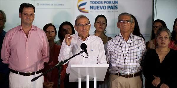 Foto: Eliana Aponte / ELTIEMPO Sergio Jaramillo (izq.), alto comisionado para la Paz, Humberto de la Calle, jefe negociador del Gobierno y el general (r) Jorge Enrique Mora.