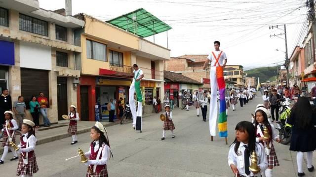 jueves 5 de noviembre. desfile de las delegaciones por las calles del municipio de sibundoy. participación de bandas de la paz,  zanqueros con gran acompañamiento de la comunidad