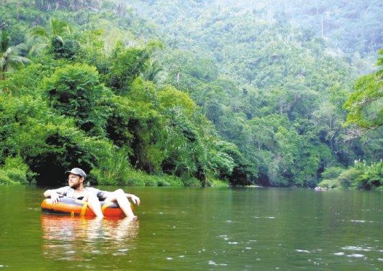 Chris Bell en un recorrido por el río Palomino, en La Guajira. Descendió por el afluente desde la selva hasta la playa. / Heather Wilson