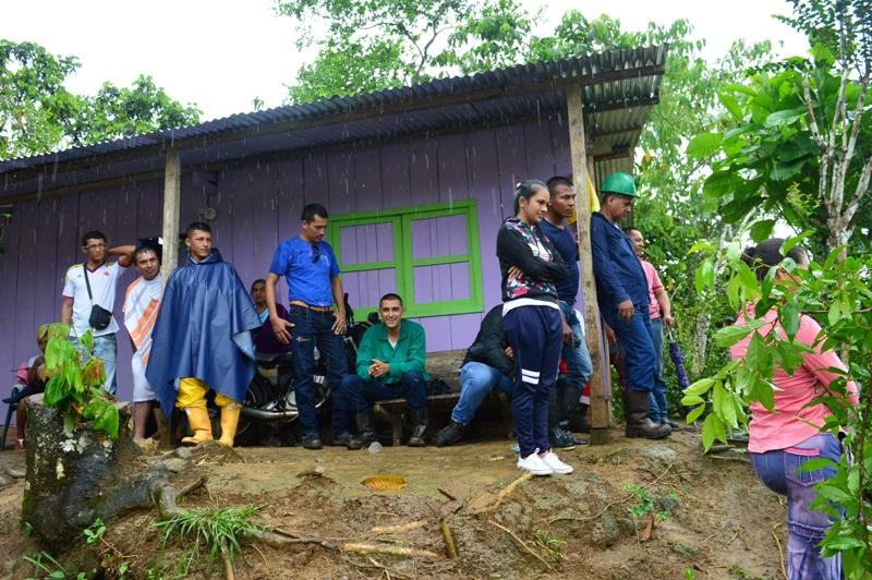 Curiosos y pasajeros resguardándose de la lluvia - Foto : Paola Silva