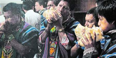 Foto: David Oliveros / Ministerio del Interior Con cantos, los indígenas inga celebran la legalización de sus territorios.