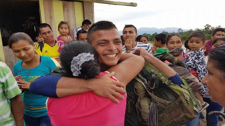 Reencuentro de una mamá con su hijo en Puerto Rosario, Caquetá. | Foto: NC Noticias.