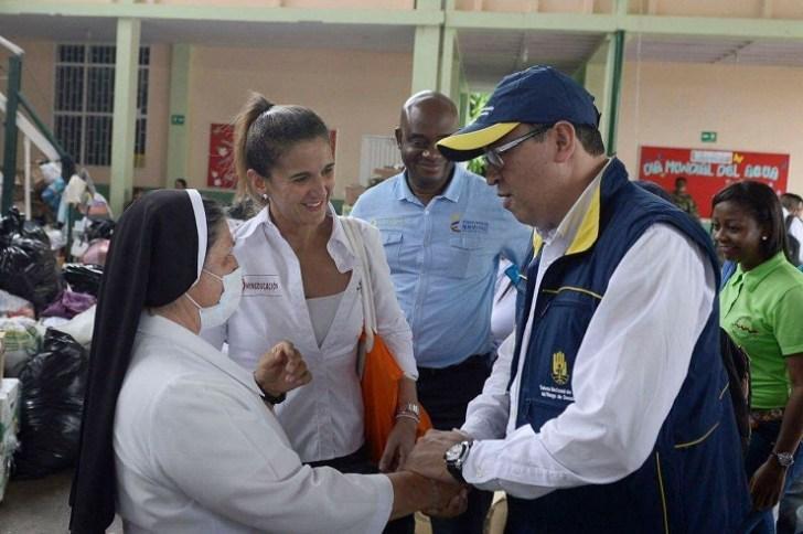 rectora del colegio Santa María Goretti, Florinda Burbano, la ministra de educación Janeth Giha, y funcionarios del GDR, inspeccionando su plantel educativo.