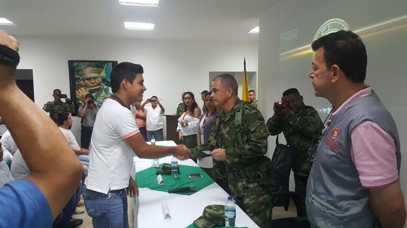 BG. HERNANDEZ ENTREGANDO LIBRETA