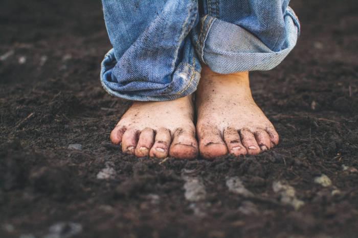 En pro de la ecopedagogía: deja que tus hijos se ensucien y vayan descalzos