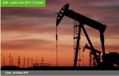 Industria petrolera 'bajo amenaza tras consultas populares': Lloreda
