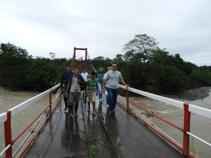 Alcalde del Municipio del Valle del Guamuéz Luis Fernando Palacios recorriendo el puente afectado.