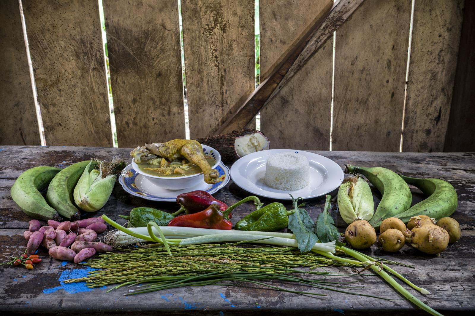 Ingredientes: Plátano, papa amarilla, choclo, yuca, pimentón, olluco, zanahoria, ají, cebolla larga, chilango, arroz, gallina de campo