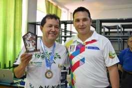 El Presidente de la Liga de Ajedrez del Putumayo en compañía del Gerente de Indercultura putumayo William cabrera, reciben la medalla de oro obtenida por la rama femenina en ajedrez absoluto,