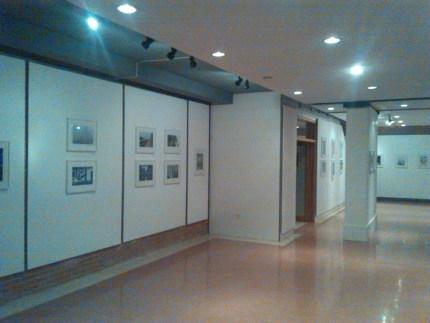Vista general de la exposición de las 50 fotografías seleccionadas entre las participantes en el X Maratón Fotográfico celebrada en la sala de exposiciones de la Escuela de Arte de Talavera (23/11/2015).