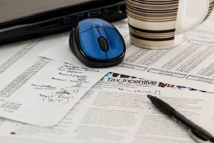 hojas de cuentas e impuestos sobre la mesa