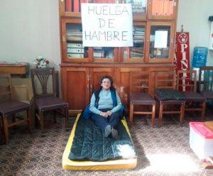 Maestra de 61 años en huelga de hambre