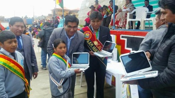 Estudiantes de Huatajata recibieron computadoras
