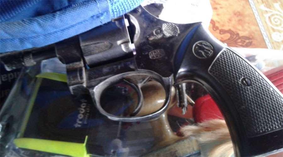 Investigan a directora que encañonó con un arma de fuego a una madre de familia en el distrito de Pailón