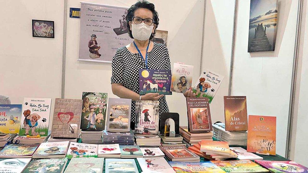 Milena Montaño es homenajeada por sus 38 años como educadora y escritora
