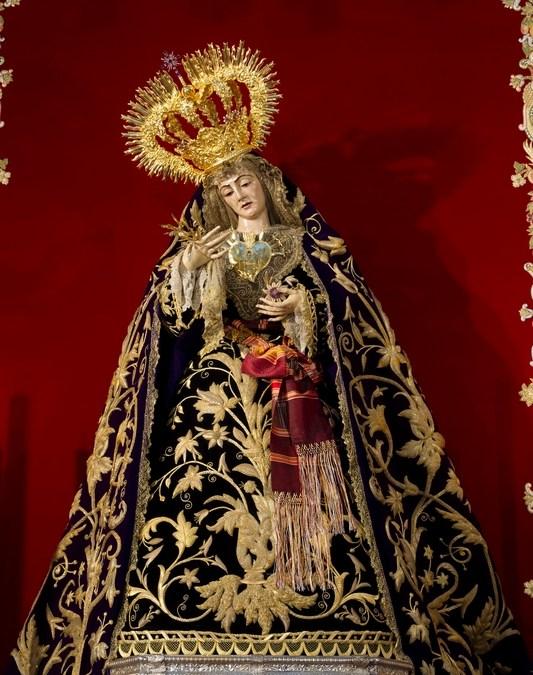 LA STMA. VIRGEN DE LOS DOLORES  LUCIÓ LA CORONA DEL III CENTENARIO DURANTE EL PONTIFICAL