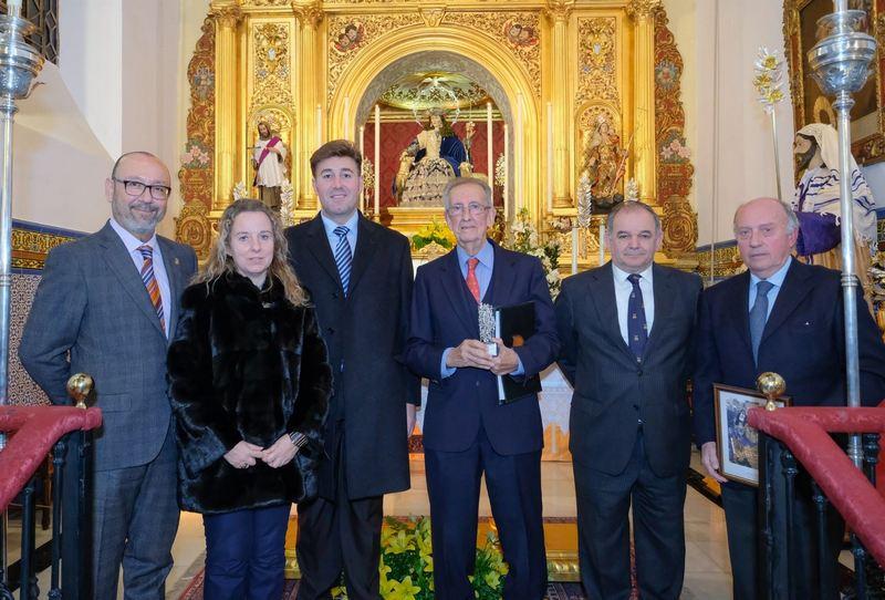 LUIS BECERRA RECIBE EL CIRIO DE HONOR DE LA TERTULIA EL PABILO