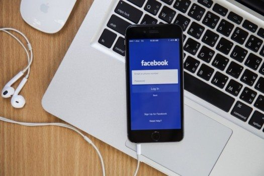 Imagem de um celular com aplicativo do Facebook