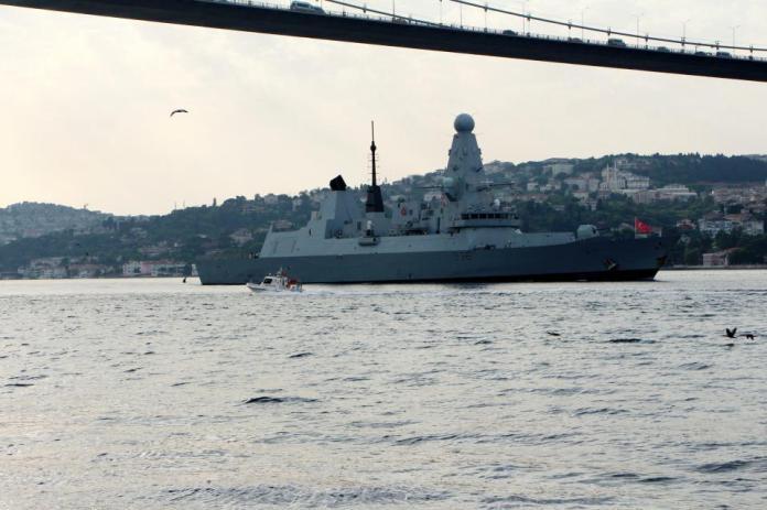 <p><strong>PEŞ PEŞE BOĞAZA GİRDİLER</strong></p> <p>Bugün İngiliz ve Hollanda savaş gemileri Karadeniz'den peş peşe İstanbul Boğazına giriş yaptı.</p>
