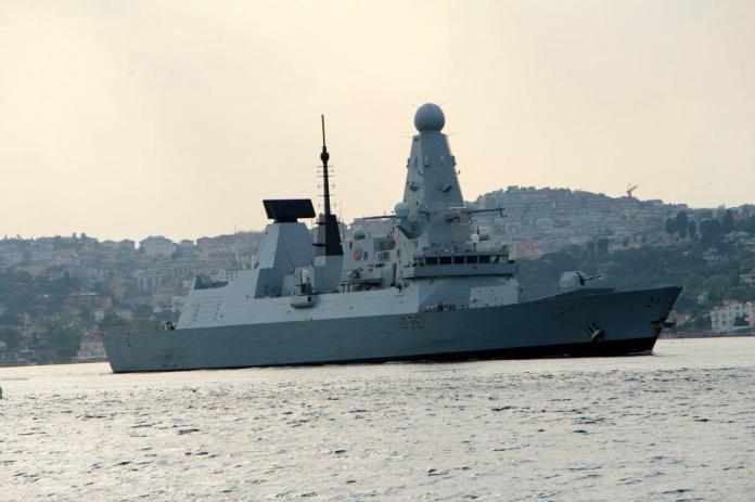 <p>Rusya, İngiliz savaş gemisinin sınırlarını ihlal ettiği gerekçesiyle İngiltere arasından gerilim yaşanmıştı.</p>