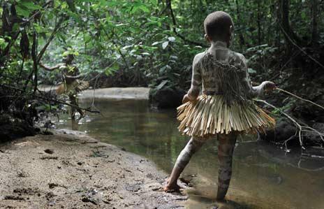 niños mbuti jugando en elrio