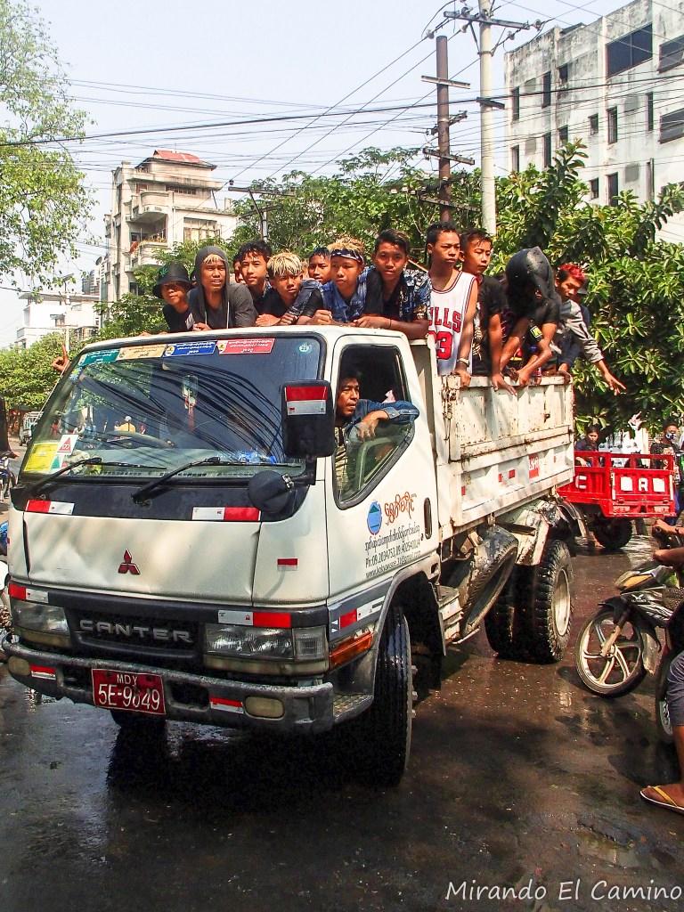 Camiones llegando al festival del agua