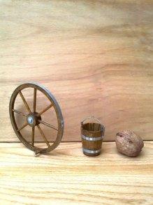 Roată și găleată din lemn