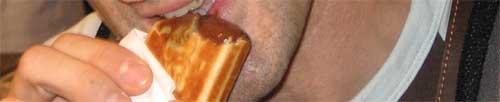 Mordiendo el waffle