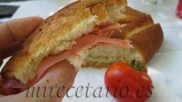 Bocata-torta de Jamón con tomate.