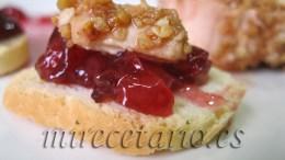 Tostada de mouse de oca con mermelada de cerezas.