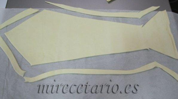 Cortar el hojaldre con forma de corbata.