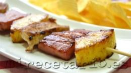 Brocheta de pollo, bacon y piña