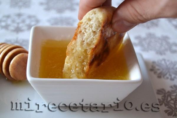 Pan Babout bañado con miel y mantequilla fundida