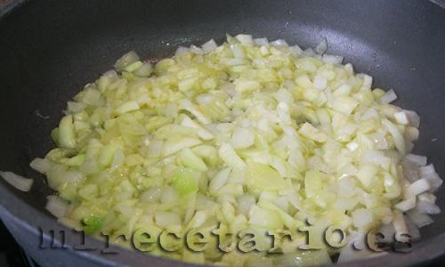 Pochando el calabacín con la cebollica
