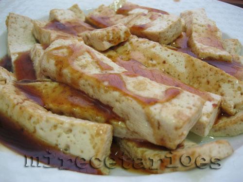 Tofu macerando con salsa teriyaki