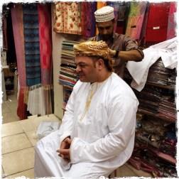 Matthias bekommt Einleitung zum Tragen der omanischen Tracht (Foto: Balkanblogger)