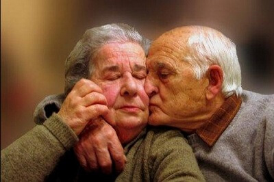 pareja-mayor-beso