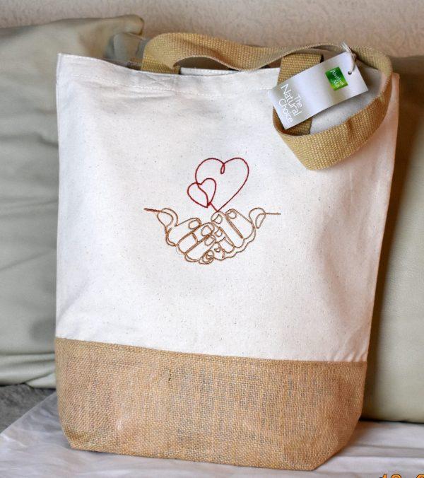 Jutetasche, Baumwolltasche,Tote Bag,Einkaufstasche,Shopper mit Stickerei Design Herze in den Händen