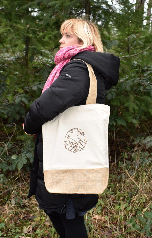 Baumwolltasche,Tote Bag,Einkaufstasche,Shopper mit Stickerei Design Erde in den Händen
