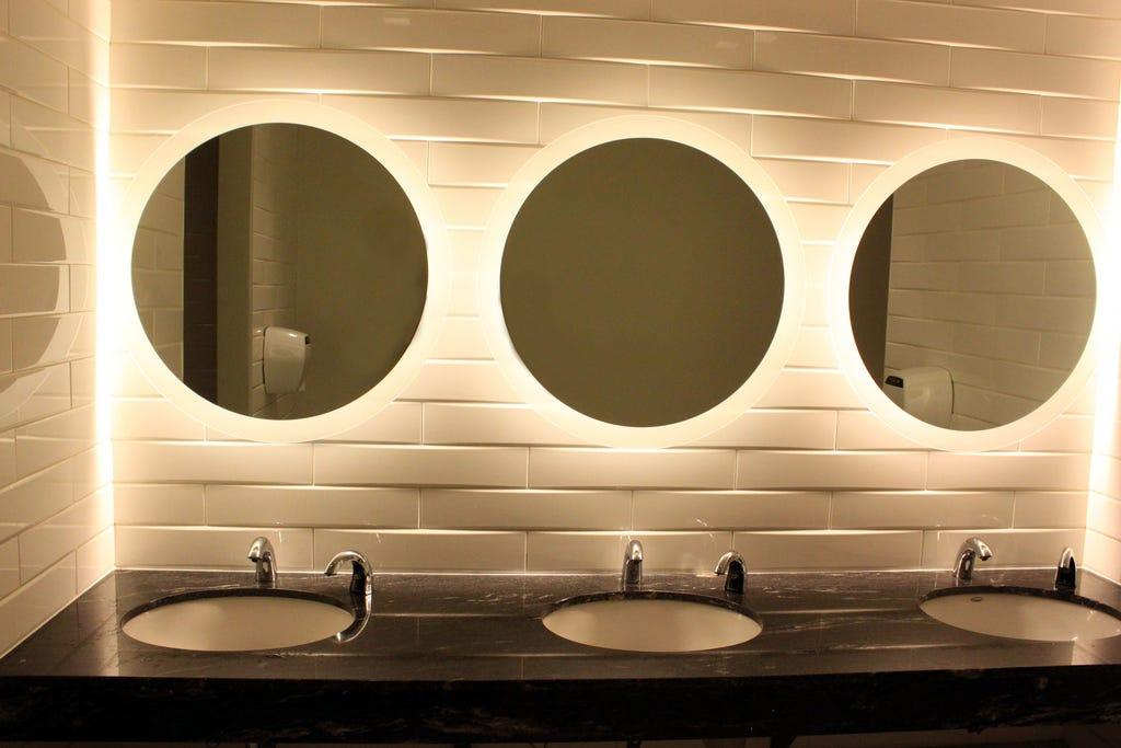 Se Detaljer Gennem Et Spejl Med Led Lys By Kasper Schnitzel Medium